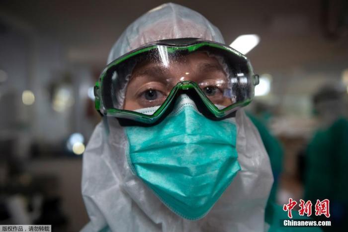 当地时间4月16日,在西班牙西北部维戈的Povisa医院重症监护室,一名全副防护装备的医护人员。