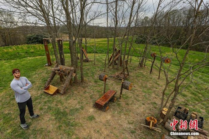 """当地时间4月15日,美国俄亥俄州,男子Zachary Skidmore 在后院设计了一系列用木材制成的健身器材。前美国陆军警官、兼职私人教练Skidmore花了两周时间,用木材建造了自己的专属""""健身房""""。 图片来源:视觉中国"""