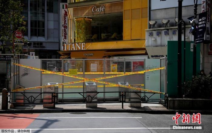 """资料图:当地时间4月16日晚,日本首相安倍晋三正式宣布,将""""紧急事态宣言""""适用范围扩展至日本全境,持续时间至5月6日。图为东京空旷的街道。"""