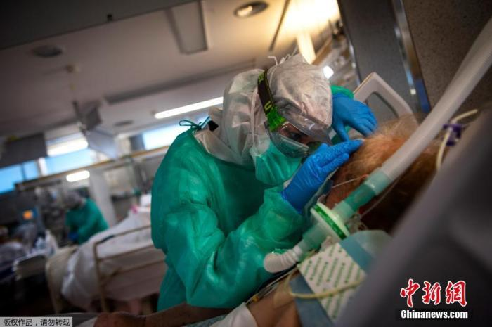 当地时间4月16日,在西班牙西北部维戈的Povisa医院重症监护室,医护人员在照顾新型冠状病毒患者。