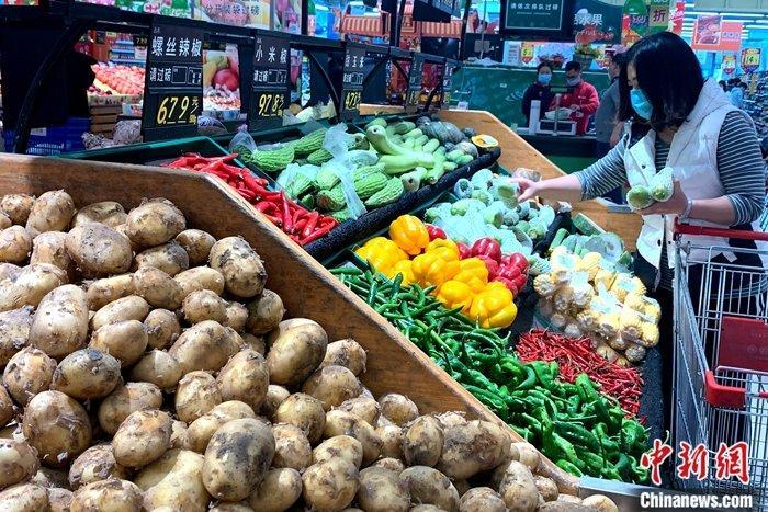 资料图:山西太原,民众在超市选购生活用品。 张云 摄