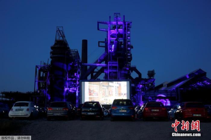 当地时间4月17日,新冠肺炎疫情持续蔓延,德国多特蒙德菲尼克斯西部钢铁厂废墟前开设了一家临时汽车影院,民众驾车前往观看。