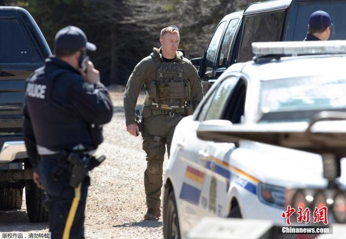 内地时间19日,加拿大警方宣布动静称,新斯科舍省产生枪击事件,加拿大皇家骑警讲话人丹尼尔·布里恩证实,枪击事件中至少13人被杀。他说,不能解除灭亡人数还会上升的大概性。图为警员封闭阶梯。