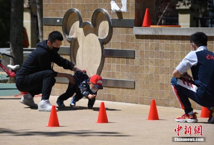 幼教机构教练在北京市朝阳区望京文化体育公园指导孩子锻炼。<a target='_blank' href='http://www.chinanews.com/'><p  align=