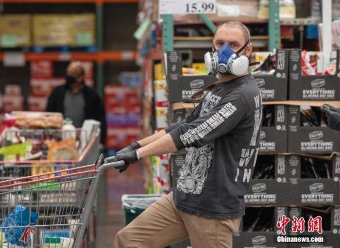 当地时间4月22日,位于美国旧金山湾区圣马特奥县的一家Costco超市内,顾客佩戴口罩购物。当日,旧金山湾区各县开始强制执行在某些公共场所佩戴口罩的命令。这家超市内所有工作人员和顾客均佩戴了各种防护级别的口罩。 <a target='_blank' href='http://www.chinanews.com/'>中新社</a>记者 刘关关 摄