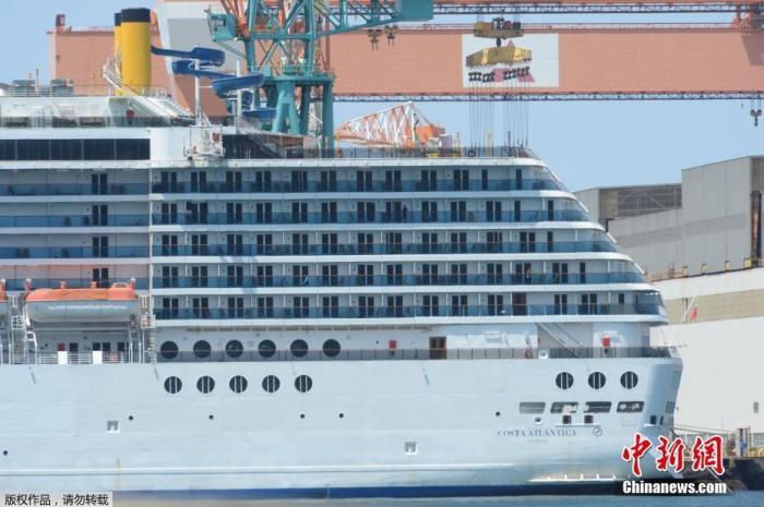 """为整修而停泊在位于长崎市的三菱重工长崎造船所工厂的""""歌诗达大西洋""""号邮轮。"""
