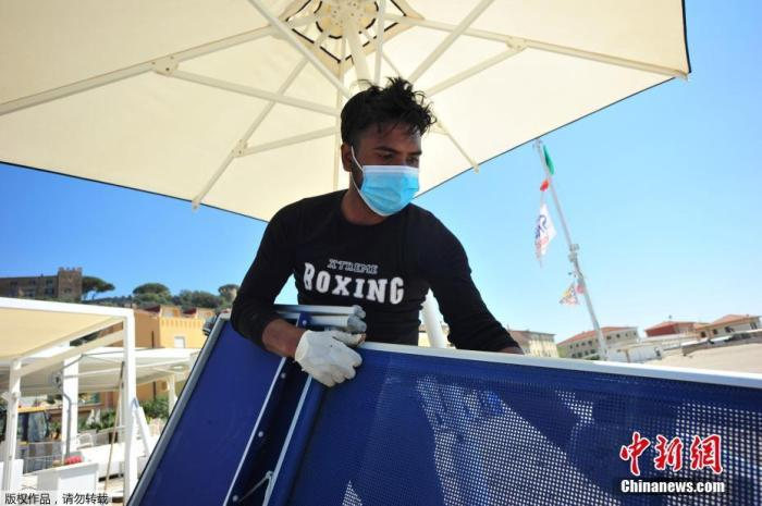 当地时间4月24日,意大利一海滩俱笑部的工人戴着口罩和手套为度伪区的重新开业做准备。据报道,意大利民事珍惜部分22日数据表现,意大利现有新冠患者107699人,比前镇日缩短10人,不息第三天降低。意大利总理孔特外示,从5月4日最先,该国将正式进入抗疫第二阶段,重启全国经济。