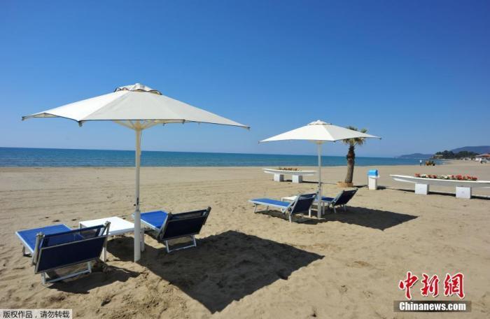当地时间4月24日,意大利一海滩俱乐部的工人戴着口罩和手套为度假区的重新开业做准备。据报道,意大利民事保护部门22日数据显示,意大利现有新冠患者107699人,比前一天减少10人,连续第三天下降。意大利总理孔特表示,从5月4日开始,该国将正式进入抗疫第二阶段,重启全国经济。