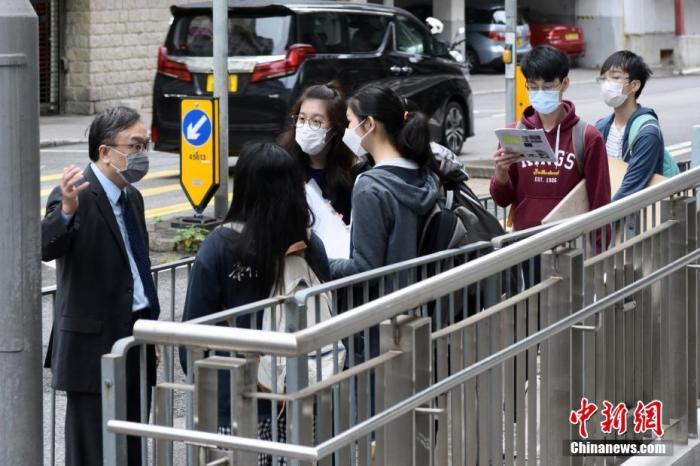 资料图:香港中学文凭试(DSE)考生陆续进入考场。中新社记者 李志华 摄