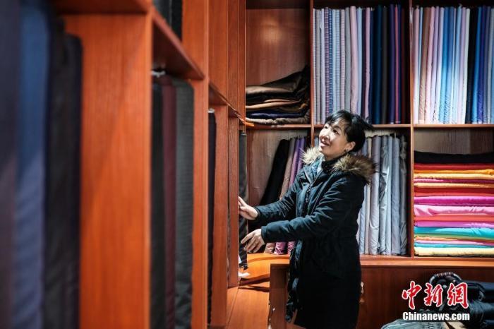 4月24日,樟木新区住民德曲正在打理自家的打扮店。 /p中新社记者 何蓬磊 摄