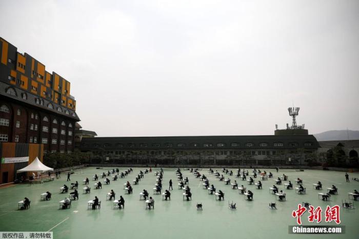 当地时间4月25日,韩国为了避免新式冠状病毒传播,在露天操场为求职者举走入职考试。