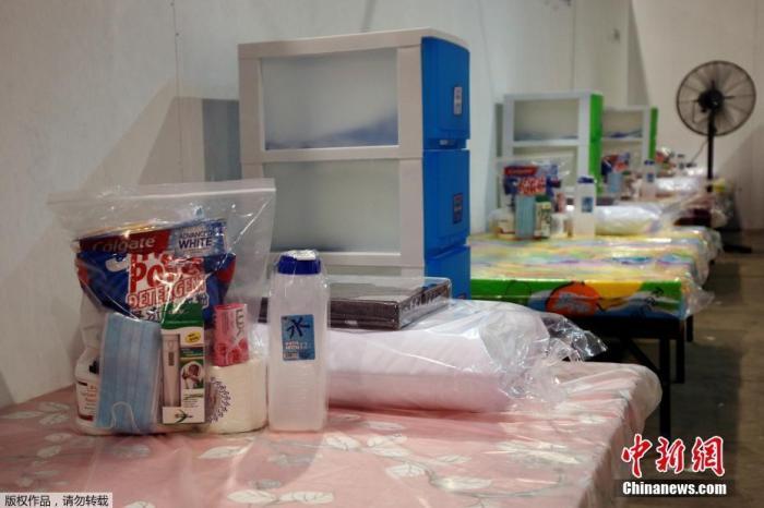 """新加坡樟宜展览中心""""方舱医院""""中,每张床上提供一个生活包,内含洗手液、体温计、洗浴用品以及其他生活必需品。"""