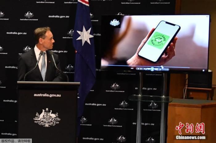当地时间4月26日,澳大利亚政府正式推出一款有助于防疫的手机应用程序,该程序能通过蓝牙进行数据互换,快速追踪到确诊病例的密切接触者,有助于卫生部门更高效应对新冠疫情。