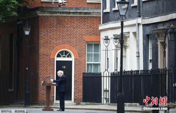 当地时间4月27日,英国首相约翰逊�返回位于唐宁街10号的首相官邸恢复工○作。
