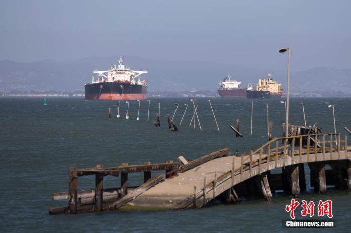 数艘油轮停泊在美国旧金山湾