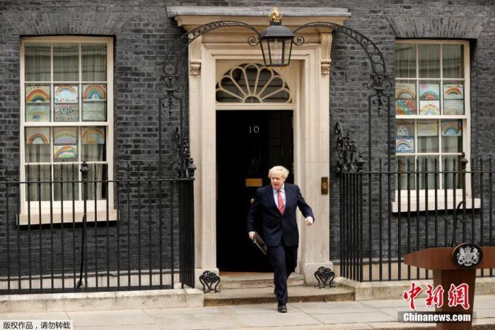 當地時間4月27日,英國首相約翰遜返回位于唐寧街10號的首相官邸恢復工作。