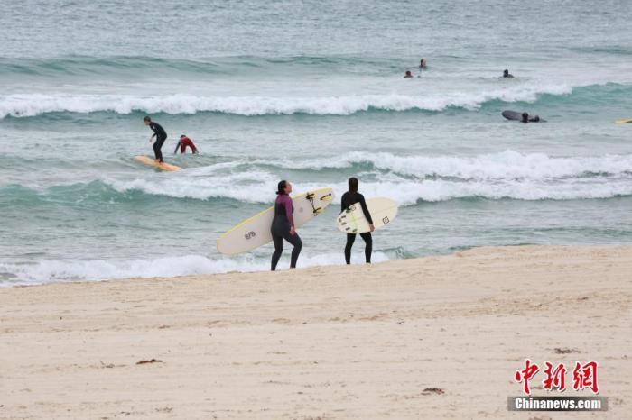 当地时间4月28日,悉尼著名的邦迪海滩在关闭4周后重新开放,供人们进行游泳、冲浪等运动。图为民众在邦迪海滩冲浪。 /p记者 陶社兰 摄