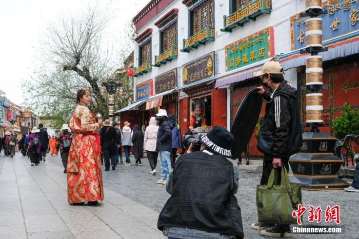 4月28日,游客在八廓街拍照留念。 何蓬磊 摄