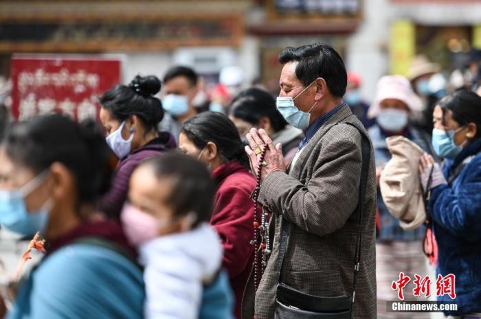 4月28日,信众在八廓街大昭寺前广场祈福。 何蓬磊 摄