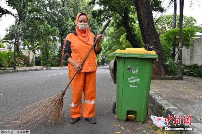 据美国约翰斯·霍普金斯大学实时统计数据显示,截至北京时间4月28日0时31分,全球新冠肺炎确诊病例已突破300万例,达3002303例,死亡病例达208131例。全球疫情之下,各行各业中还有很多人为了保障人民的日常生活,在自己的工作岗位上坚持着。图为印尼街头的清洁工。