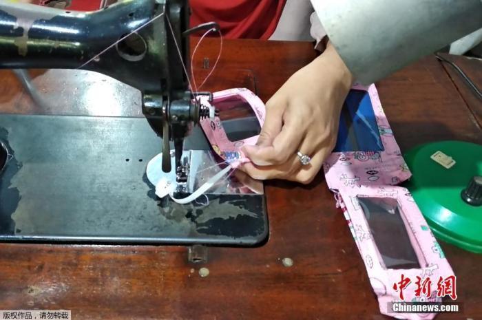 近日,苏拉威西省省会锡江(Makassar)的一对夫妇开始制作中间为透明塑胶片的布口罩,来帮助听障人士解决无法判读唇语的困境。