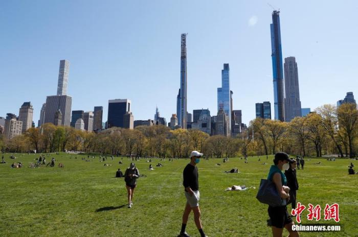 资料图:当地时间4月28日,新冠肺炎疫情下的纽约中央公园,有人在草坪上散步。 <a target='_blank' href='http://www.chinanews.com/'>中新社</a>记者 廖攀 摄