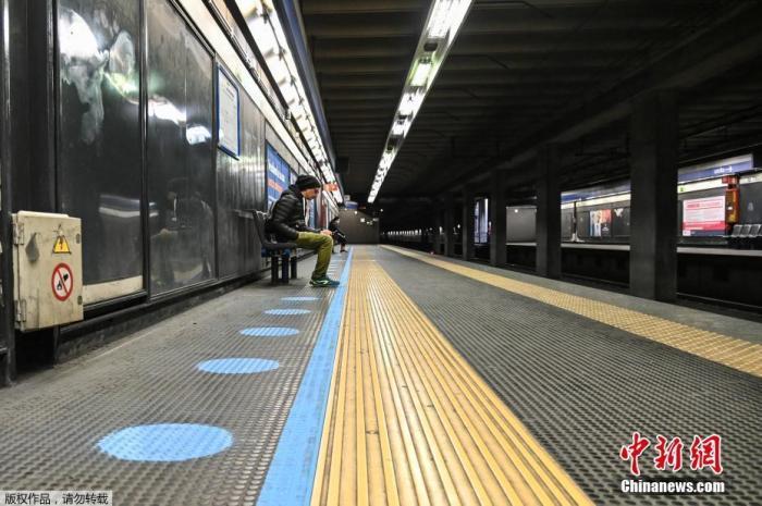 当地时间4月28日,意大利米兰的地铁月台上已经贴上安全距离标识,提醒乘客在疫情期间候车时保持一定的安全距离。