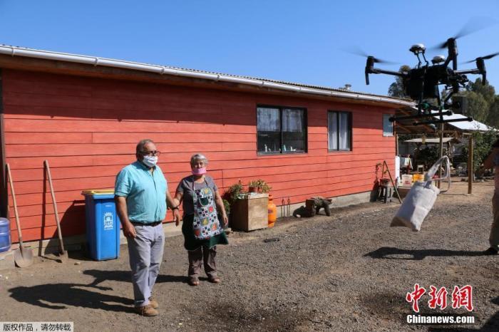 智利扎帕拉尔市一架无人机飞抵正在进行社交隔离的老人家中,䱳其送上药物。