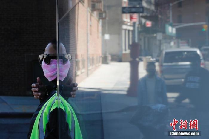 当地时间4月28日,纽约布鲁克林一名戴口罩的交通工作人员。 据美国约翰斯·霍普金斯大学实时统计数据,截至北京时间4月29日1时30分,美国新冠肺炎累计确诊病例已超过100万例。<a target='_blank' href='http://www.chinanews.com/'>中新社</a>记者 廖攀 摄