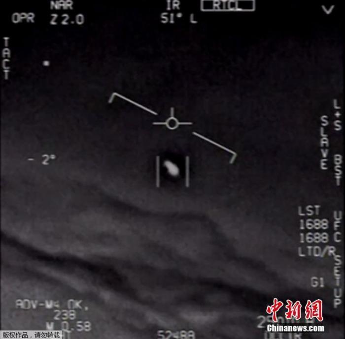 """据《卫报》报道,美国五角大楼27日正式公布了三段记录到的""""不明飞行物""""(UFO)的视频影像画面。这些画面由红外摄像机拍摄,画面中的UFO快速移动,引起美军人员惊呼。图为UFO视频影像画面的视频截图。"""