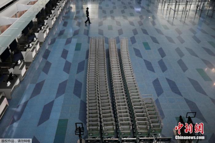 当地时间4月29日,日本东京羽田机场候机大厅几乎空无一人。日本首相安倍晋三当天在参议院预算委员会会议上表示,目前日本新冠病毒感染病例还在持续增加,形势依然严峻,尚无法判定全国紧急状态在最后期限5月6日能否结束。