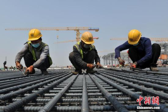 Construction crews work at the site of Xiongan Railway Station in Baoding city, north China's Hebei Province, April 30, 2020. (Photo/China News Service)