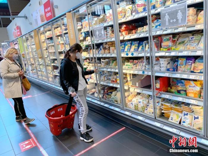 """4月29日,德国柏林市政府开始将该市""""口罩强制令""""的范围从此前仅限于公共交通工具扩大至包含超市和各类零售商店。柏林是德国16个州中最后一个实施""""购物和出行均必须佩戴""""的州。图为当天下午,柏林市中心的REWE超市内的顾客已戴上口罩。 <a target='_blank' href='http://mhcfm.com/'>中新社</a>记者 彭大伟 摄"""