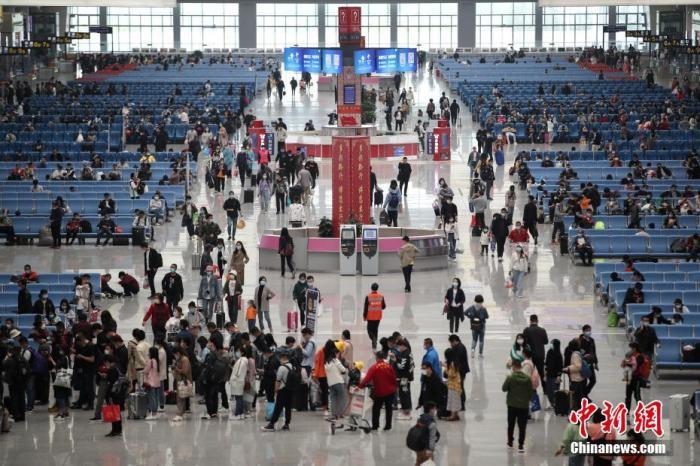 资料图:候车的旅客。<a target='_blank' href='http://www.chinanews.com/'>中新社</a>记者 瞿宏伦 摄