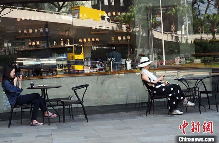 资料图:4月30日,香港市民在露天咖啡馆。中新社记者 洪帆 摄