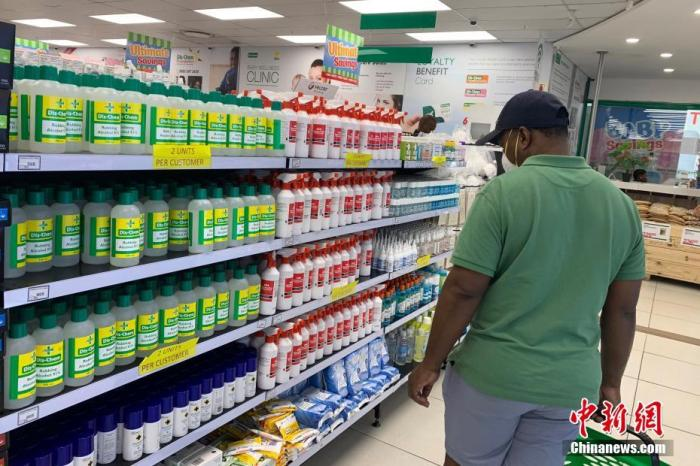 5月1日,南非正式將針對新冠肺炎疫情的封鎖等級由最嚴厲的第五級調低至第四級,部分商業店鋪得以重新開門,民眾也可以有限外出活動。圖為約翰內斯堡一藥店內,顧客正在挑選防疫物資。<a target='_blank' href='http://www.99oem.com/'>中新社</a>記者 王曦 攝