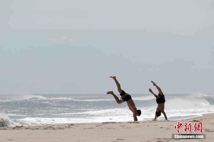 当地时间5月2日,美国纽约州长岛琼斯海滩上的青年。<a target='_blank' href='http://www.jwyiqi.com/'>中新社</a>记者 廖攀 摄