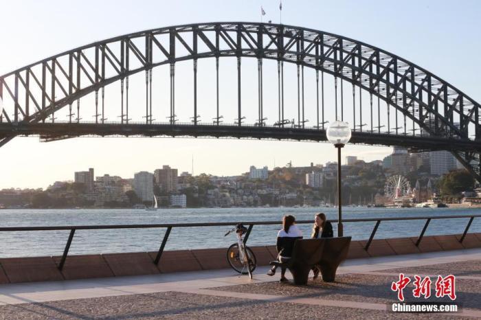 当地时间5月3日,悉尼秋高气爽,民多纷纷走到户外,享福秋日阳光。澳大利亚近期多州、领地有限度放宽限定,民多生活逐渐苏醒。图为走人在街头息闲。 中新社记者 陶社兰 摄