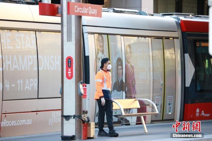 图为电车站戴口罩的工作人员。 记者 陶社兰 摄