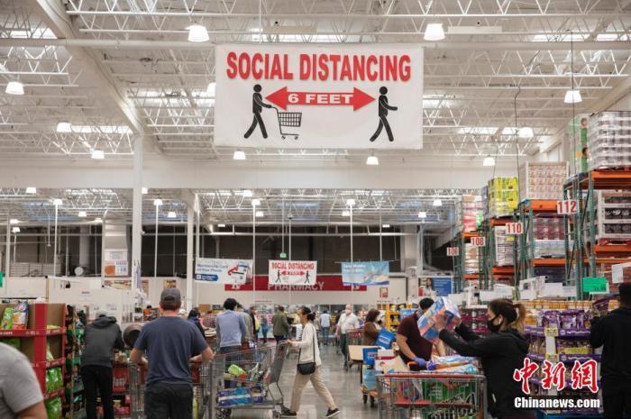 """当地时间5月3日,美国旧金山湾区一家超市挂出提醒顾客保持""""社交距离""""的醒目标识。 <a target='_blank' href='http://www.chinanews.com/'>中新社</a>记者 刘关关 摄"""