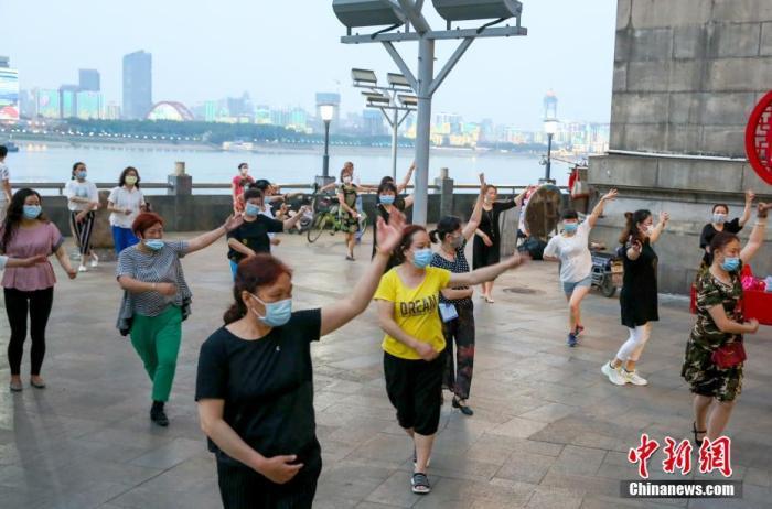 资料图:5月4日傍晚,在武汉长江大桥武昌桥头堡,市民正在跳广场舞健身。随着疫情防控形势好转,武汉市民的生活日常正在逐渐恢复。 <a target='_blank' href='http://www.chinanews.com/'>中新社</a>记者 张畅 摄