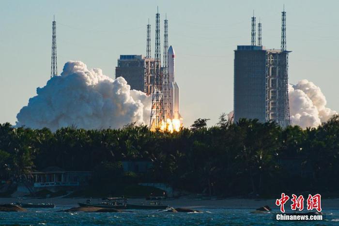 图为长征五号B运载火箭点火腾空而起。 骆云飞 摄
