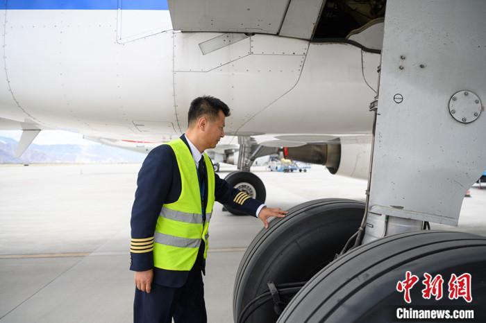5月3日,西藏拉萨贡嘎国际机场停机坪,西藏航空机长许琰按惯例对飞机做飞行前的检查。 <a target='_blank' href='http://www.chinanews.com/'>中新社</a>记者 何蓬磊 摄