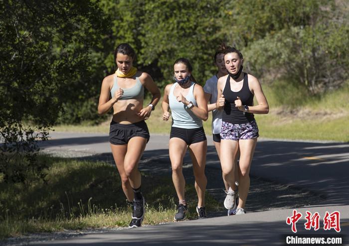 当地时间5月4日,美国旧金山湾区市民在圣马特奥县索耶营地步道上跑步健身。 <a target='_blank' href='http://www.chinanews.com/'>中新社</a>记者 刘关关 摄