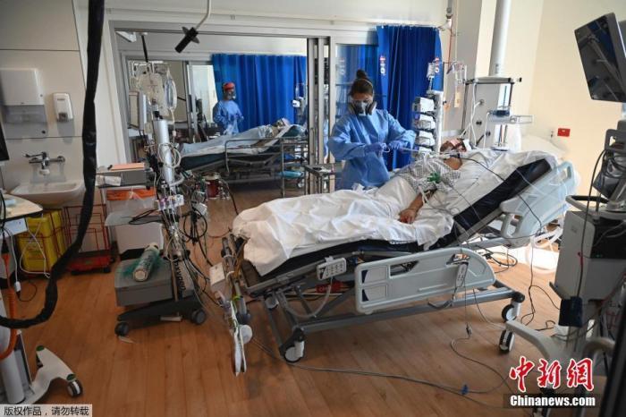 当地时间5月5日,英国剑桥皇家帕普沃斯医院重症监护室内,医护人员照顾患者。