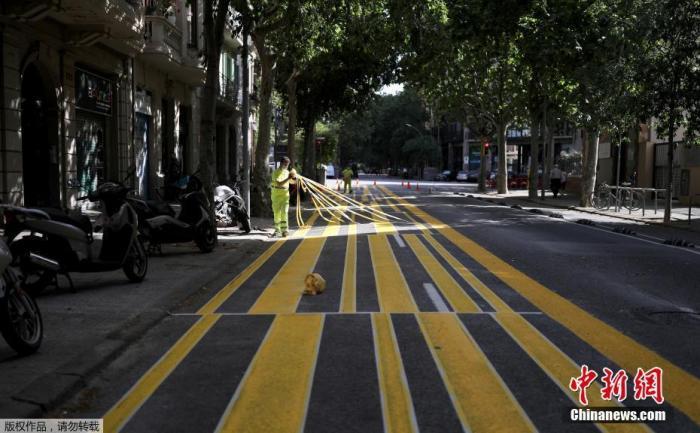 外地工夫5月4日起,西班牙绝大局部地域进入分阶段升级封禁步伐的预备阶段,局部小商店重新停业。据报道西班牙将分四个阶段低落告急形态,并方案在6月尾回反正常形态。图为巴塞罗那街道上,工人们扩展人行道面积,以便当行人坚持交际间隔。