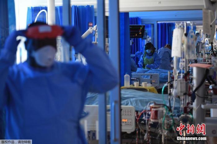 英国外交大臣多米尼克·拉布(Dominic Raab)在当日的每日疫情发布会上披露,在过去24小时内,英国新增死亡693人,累计死亡总数达29427人。首次超过意大利的29315人,死亡人数欧洲国家排名第一,世界第二。图为英国剑桥皇家帕普沃斯医院重症监护室。