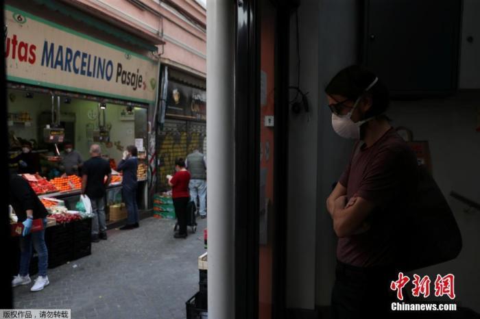 当地时间5月4日起,西班牙绝大部分地区进入分阶段降级封禁措施的准备阶段,部分小商铺重新开业。