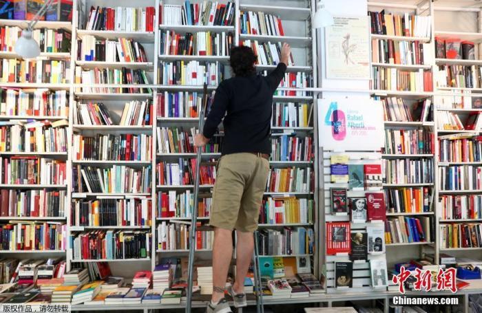 当地时间5月4日起,西班牙绝大部分地区进入分阶段降级封禁措施的准备阶段,部分小商铺重新开业。据报道西班牙将分四个阶段降低紧急状态,并计划在6月底回归正常状态。图为拉斐尔·阿尔贝蒂书店内一名员工正在挑拣图书。