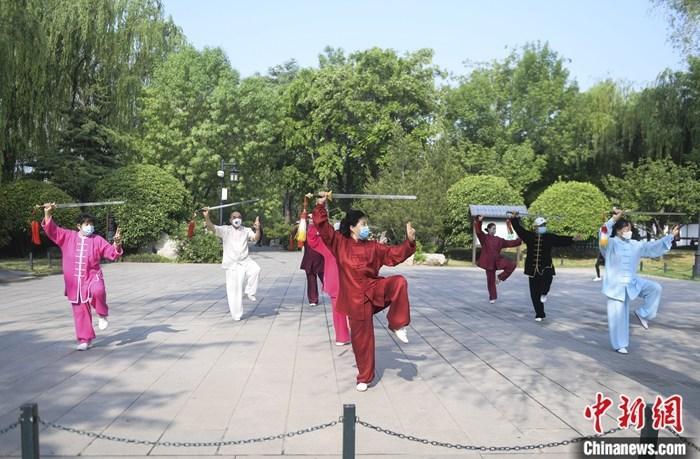 资料图:济南市民在大明湖风景区舞剑健身。5月6日零时起,山东重大突发公共卫生事件省级二级响应调整为三级响应。记者 张勇 摄
